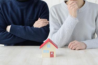 離婚で家の名義変更に悩む夫婦